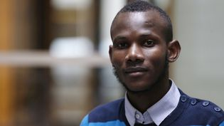 Lassana Bathily, employé de l'Hyper Cacher de la porte de Vincennes, pose, le 15 janvier 2015, à Paris, quelques jours après la prise d'otages qui a eu lieu dans le magasin. (FRANCOIS GUILLOT / AFP)
