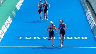 LaFrançaise Annouck Curzillat et sa guide Céline Bousrezont remporté la médaille de bronze du triathlon féminin PTV1, samedi 28 août à Tokyo. (JOE TOTH / OIS/ IOC / AFP)