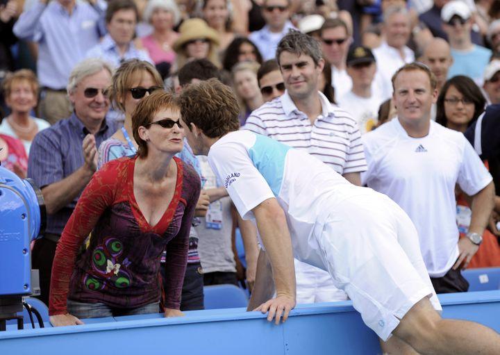 Andy Murray saute la barrière pour embrasser sa mère, après une victoire au tournoi du Queen's, à Londres (Royaume-Uni), le 14 juin 2009. (ADRIAN DENNIS / AFP)