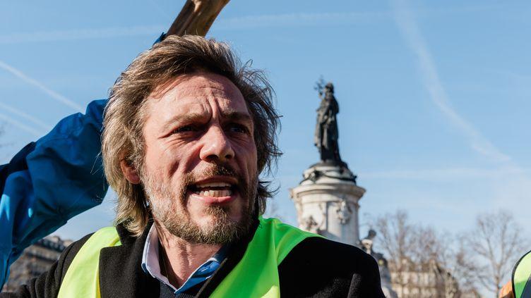 """En direct depuis la place de la République (Paris), la journaliste de France 3 Stéphanie Desjars fait le point sur les manifestations de """"gilets jaunes"""" qui se sont tenues dans la capitale dimanche 17 novembre. (KARINE PIERRE / HANS LUCAS / AFP)"""