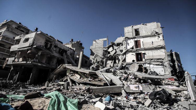 Un bâtiment détruit par un raid aérien dans la bande de Gaza, le 11 juillet 2014. (MOMEN FAIZ / NURPHOTO / AFP)