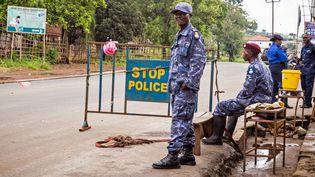 Un barrage de police pendant la mise en quarantaine en Sierra Leone, vendredi 19 septembre. (MICHAEL DUFF / AP / SIPA)