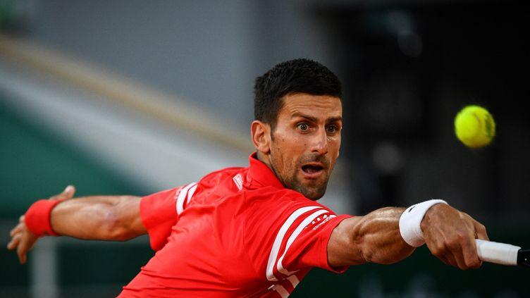 Le Serbe Novak Djokovic entre en scène au premier tour de Roland-Garros, mardi 1er juin. (CHRISTOPHE ARCHAMBAULT / AFP)