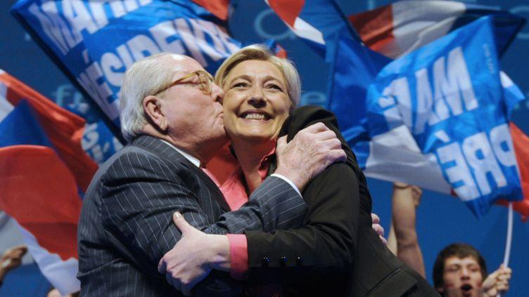 Jean-Marie et Marine Le Pen, le 30 mars 2012, lors d'un meeting à Nice (Alpes-Maritimes). (Photo d'illustration) (BORIS HORVAT / AFP)