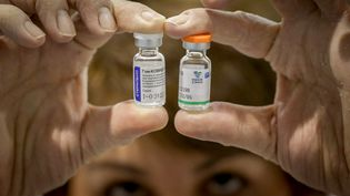 Des doses du vaccin russe Spoutnik V et du vaccin chinois de Sinopharm, dans un centre de vaccination de Belgrade (Serbie), le 1er février 2021. (OLIVER BUNIC / AFP)