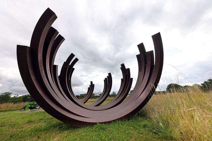 Installation de l'oeuvre artistique de Bernar Venet dans le parc du Louvre-Lens (MATTHIEU BOTTE / MAXPPP)