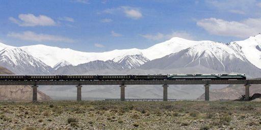 La plus haute ligneferroviaire du monde, qui relie Pékin à Lhassa (4064 km).Elle culmine à 5068 m au-dessus du niveau de la mer.Près de 25 % de la voie a été construite à plus de 4000 m d'altitude.. (AFP - Imaginechina - Lang Shuchen)