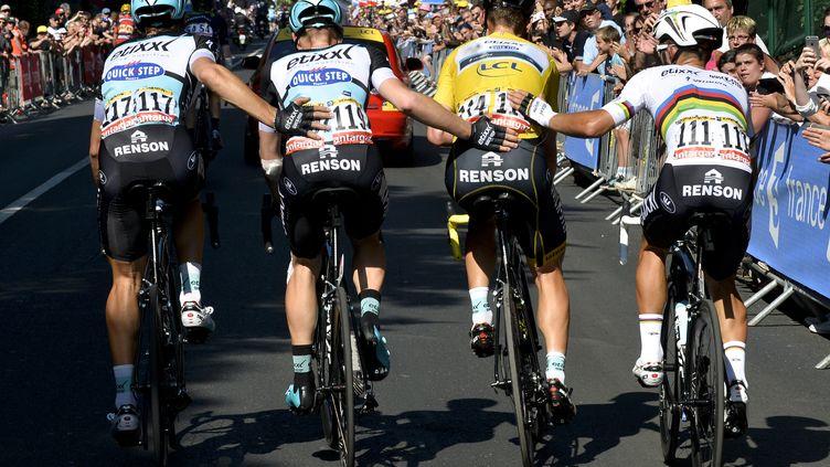 Tony Martin aidé par ses co-équipiers à l'arrivée de l'étape 6, au Havre. (POOL L'EQUIPE / BELGA MAG)
