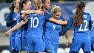 Les joueuses de l'équipe de France de football félicitent Eugénie Le Sommer qui vient de marquer face à l'Espagne en novembre 2016 (JEAN-FRANCOIS MONIER / AFP)