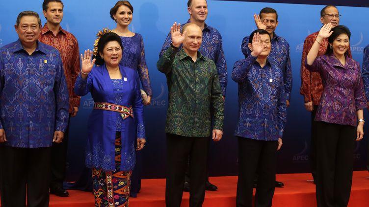Le président indonésien Susilo Bambang Yudhoyonoet son épouse, au côté du président russe Vladimir Poutine, du Premier ministre thaïlandaisYingluck Shinawatra, et du président mexicain Enrique Pena Nieto, à Bali (Indonésie), le 7 octobre 2013. (MAST IRHAM / AFP)