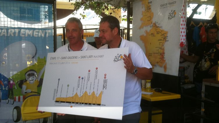 André Bancala, coordinateur Tour de France de l'Assemblée des Département de France, présente à Saint-Gaudens, avec un de ses collègues, le profil de la 17e étape.