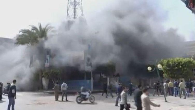 capture d'écran le 2 mars 2013 -Des manifestants mettent le feu à un commissariat à Port Saïd en Egypte (REUTERS )