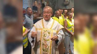 L'abbé Francis Michel lors de la messe du dimanche 2 juin au Planquay (Eure). (CAPTURE D'ECRAN YOUTUBE)