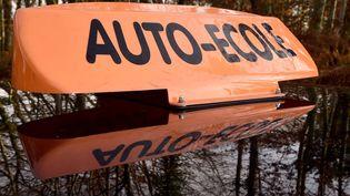 Le toit d'une voiture d'auto-école. (Photo d'illustration) (JEAN-FRANCOIS MONIER / AFP)