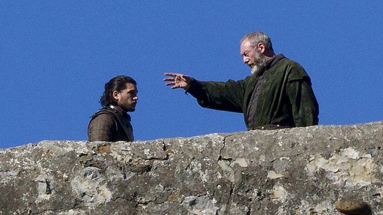 """John Snow (incarné par l'acteur Kit Harington) et Lord Davos Seaworth (Liam Cunningham) sur le tournage de la saison 7 de """"Game of Thrones"""", à San Juan de Gaztelugatxe, dans le Pays Basque espagnol  (Inaki Andres / Epa / Newscom / MaxPPP)"""