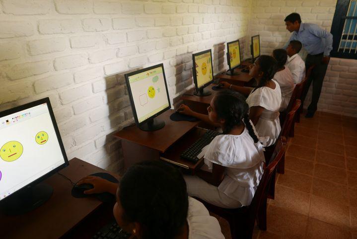 Dés l'ouverture du centre ce matin-là, tous les ordinateurs ont été pris d'assaut par les jeunes ! (EMMANUEL LANGLOIS)