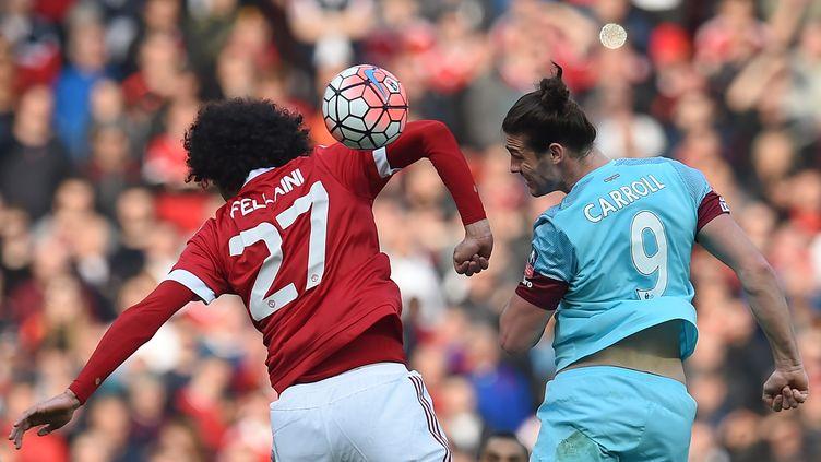 Marouane Fellaini à la lutte avec Andy Carroll lors de Manchester United (PAUL ELLIS / AFP)