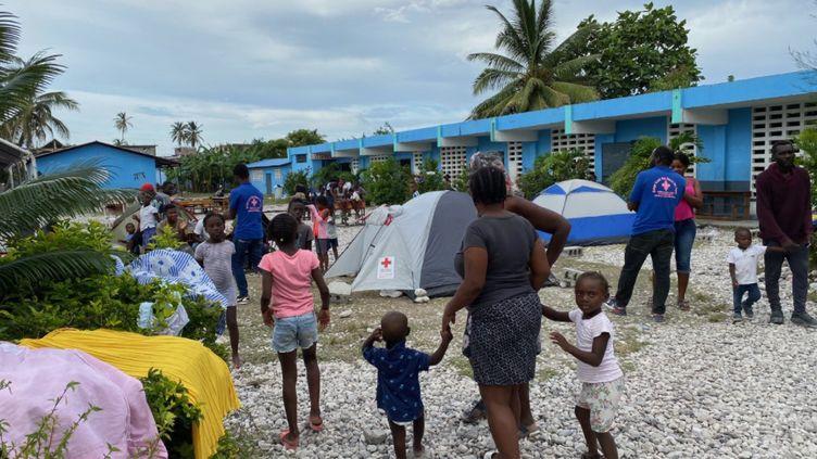 300 personnes sont réfugiées dans cette école des Cayes depuis qu'un séisme a ravagé le sud-ouest de l'île. (BORIS LOUMAGNE / RADIO FRANCE)