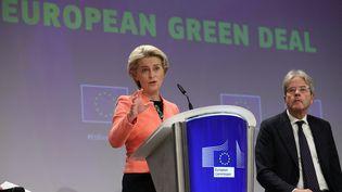 La présidente de la Commission européenne, Ursula von der Leyen, présente le paquet de mesures du Pacte vert, le 14 juillet 2021, à Bruxelles (Belgique). (DURSUN AYDEMIR / ANADOLU AGENCY / AFP)