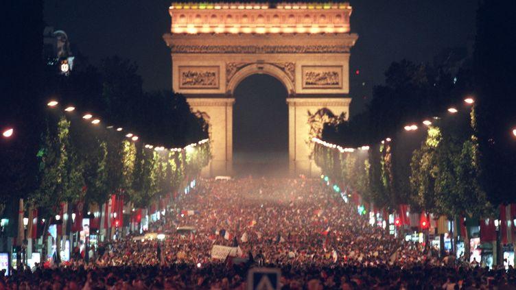 Des centaines de milliers de personnes se déversent sur les Champs-Elysées après la qualification en finale deCoupe du monde des Bleus, le 8 juillet 1998. (JACK GUEZ / AFP)