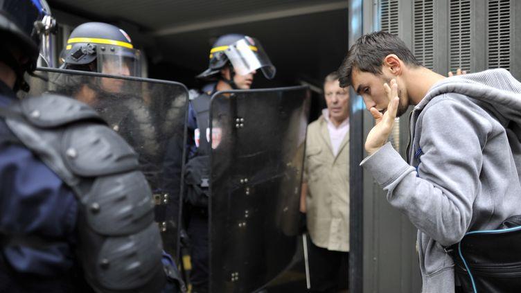 Un manifestant fait face à des policiers, le 23 juin 2016, à Rennes. (JEAN-FRANCOIS MONIER / AFP)