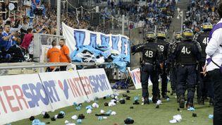 Des policiers au Stade Vélodrome après des jets de bouteilles en verre lors du match opposant l'Olympique de Marseille à l'Olympique lyonnais, à Marseille (Bouches-du-Rhône), le 20 septembre 2015. (FRANCK PENNANT / AFP)