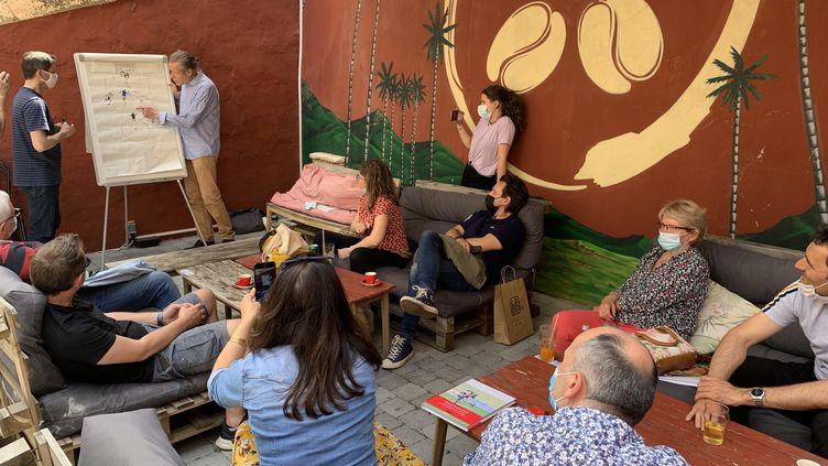Jérôme Jouvray àgauche et David Tronchet à droite racontent la création de leur BD Les fantômes de Séville. (FRANCEINFO)