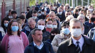 Des voyageursdans une gare de Moscou, la capitale russe, le 12 mai 2020. (MIKHAIL VOSKRESENSKIY / SPUTNIK / AFP)
