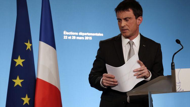 Le Premier ministre, Manuel Valls, après l'annonce des résultats du premier tour des élections départementales, dimanche 22 mars 2015. (PHILIPPE WOJAZER / REUTERS)