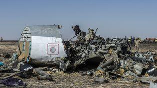 Un morceau de la carlingue de l'Airbus A321 de la compagnie russe Metrojetdisparus sur le site du crashdans le désert du Sinaï (Egypte), le 1er novembre 2015. (KHALED DESOUKI / AFP)