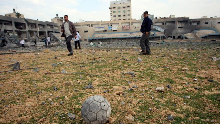 Des Palestiniens inspectent le stade partiellement détruit de Gaza, le 22 novembre 2012. (MAXPPP)