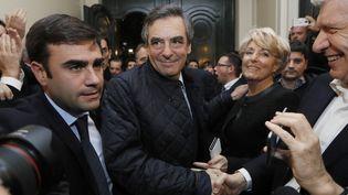 François Fillon salue ses sympathisants, le 20 novembre 2016, à son QG de campagne de la primaire à droite, à Paris. (REUTERS)