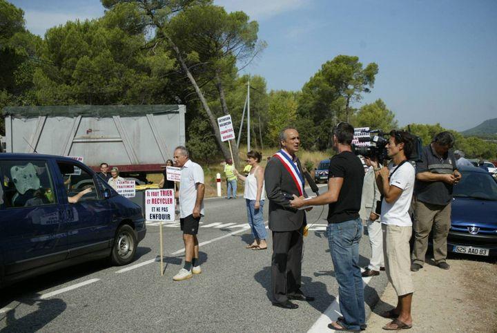 Jean-Luc Longour, maire du Cannet-des-Maures, participe à une manifestation contre la décharge, le 10 août 2009. (MAXPPP)