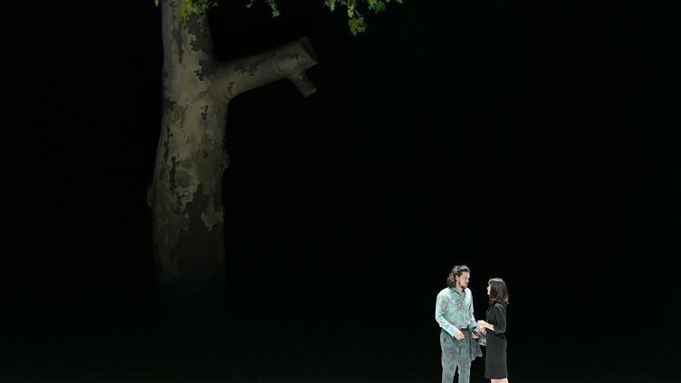 """Andre Schuen (Guglielmo) et Marianne Crebassa (Dorabella) pendant la répétition de""""Cosi fan tutte"""" de Wolfgang Amadeus Mozart, jouée au Festival deSalzbourg. (BARBARA GINDL / APA)"""