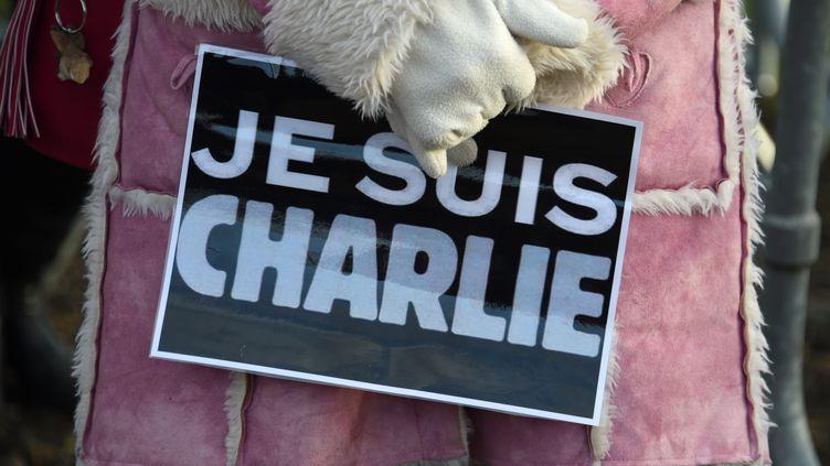 """Une femme porte une affiche avec le slogan """"Je suis Charlie"""", le 16 janvier 2015 à Pontoise (Val-d'Oise), lors des funérailles du dessinateur Charb. (DOMINIQUE FAGET / AFP)"""