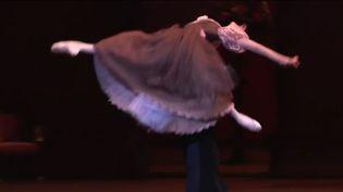 Le palais Garnier est pour la danse le plus beau des écrins. Dans les coulisses, on se prépare à danser Eugène Onéguine, un ballet romantique avec 31 danseurs. (France 3)