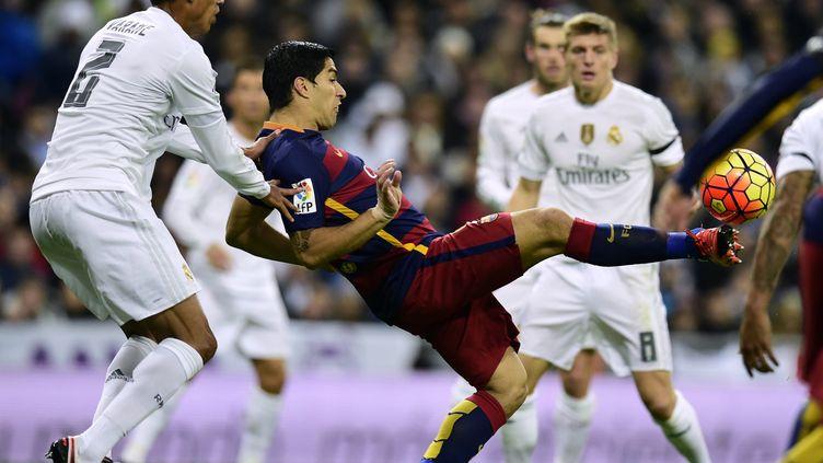 Luis Suarez (Barcelone) face à la défense du Real Madrid (JAVIER SORIANO / AFP)