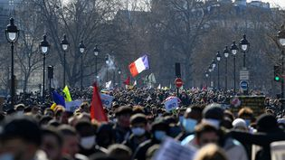 Des centaines de personnes manifestent contre le racisme et les violences policères à Paris, le 20 mars 2021. (ALAIN JOCARD / AFP)