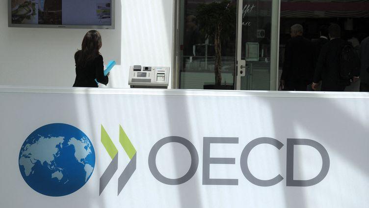 Le logo de l'OCDE devant le siège de l'organisaton internationale à Boulogne-Billancourt (Hauts-de-Seine), le 29 mai 2013. (ERIC PIERMONT / AFP)