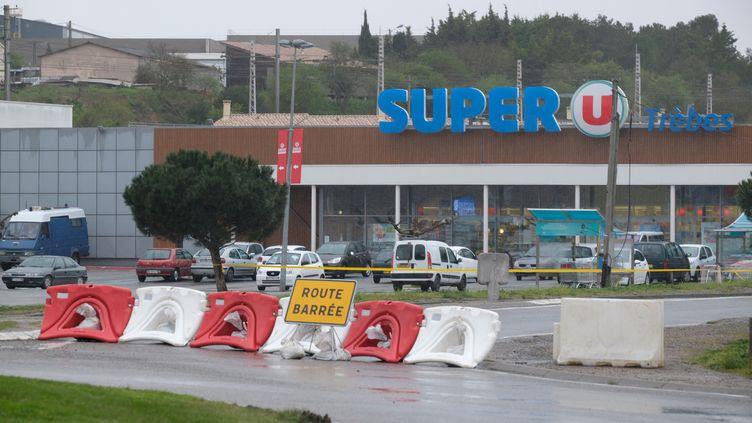 Le supermarché Super U de Trèbes (Aude)le lendemain de l'attentat, le 24 mars 2018. (ERIC CABANIS / AFP)