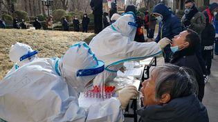 Des tests de détection du Covid-19 sont réalisés à l'extérieur d'une résidence à Shijazhuang, en Chine, le 6 janvier 2021. (CNS / AFP)