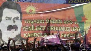 Portrait du leader turc Ocalan brandi lors d'une manifestation en 2007 en Turquie. (MUSTAFA OZER / AFP)