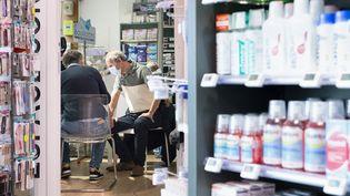 Un pharmacien s'apprête à vacciner un homme, à Poitiers (Vienne), le 9 avril 2021. (JEAN-FRANCOIS FORT / HANS LUCAS / AFP)