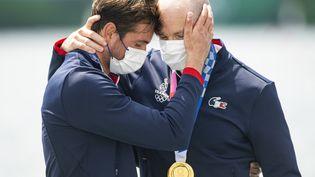 La communion de Matthieu Androdias et Hugo Boucheron après leur médaille d'or en deux de couple aux Jeux olympiques de Tokyo le 28 juillet 2021. (CURUTCHET VINCENT / KMSP)