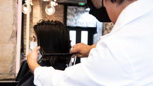 Un salon de coiffure dans le 17e arrondissement de Paris. (Illustration) (ALEXIS SCIARD  / MAXPPP)