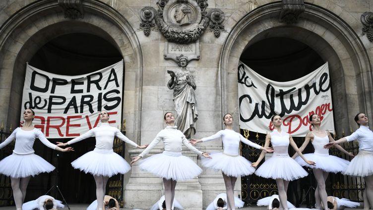 Les danseurs de l'Opéra de Paris se produisent devant le palais Garnier, à Paris, contre le projet deréforme des retraites,le 24 décembre 2019. (STEPHANE DE SAKUTIN / AFP)