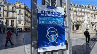 Une affiche indiquant l'obligation du port du masque à Montpellier (Hérault), le 16 novembre 2020. (PASCAL GUYOT / AFP)