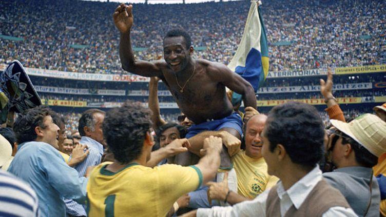 (Pelé, porté en triomphe après la victoire du Brésil en finale © AP/SIPA)