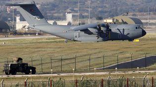 Un avion de transport militaire turc stationné sur la base d'Incirlik, près d'Adana, dans lesud de la Turquie, le 24 juillet 2015. (MURAD SEZER / REUTERS)