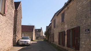 Avec le confinement lié à l'épidémie de Covid-19, des réseaux d'entraide se créent dans les rues et les immeubles des villes. Mais aussi à l'échelle d'un village que l'on recrée des liens, comme à Omerville (Val d'Oise). (France 3)